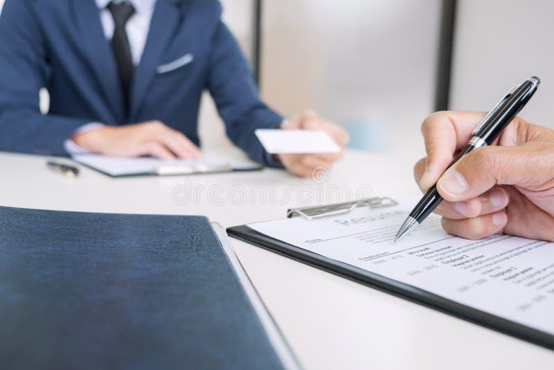 Intervjuare eller bräde som läser en meritförteckning under jobbintervjun, Empl arkivfoto