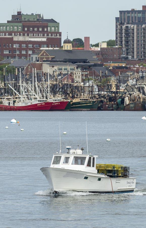 Intestazione del padre di famiglia della barca dell'aragosta da New Bedford con un carico delle trappole fotografie stock libere da diritti