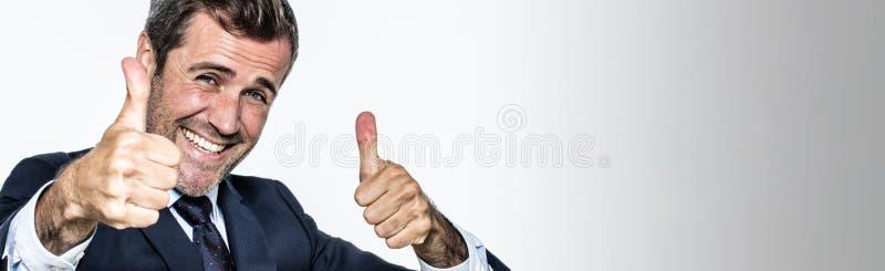Intestazione per l'uomo d'affari entusiasmato con i pollici su che approva benessere corporativo fotografie stock