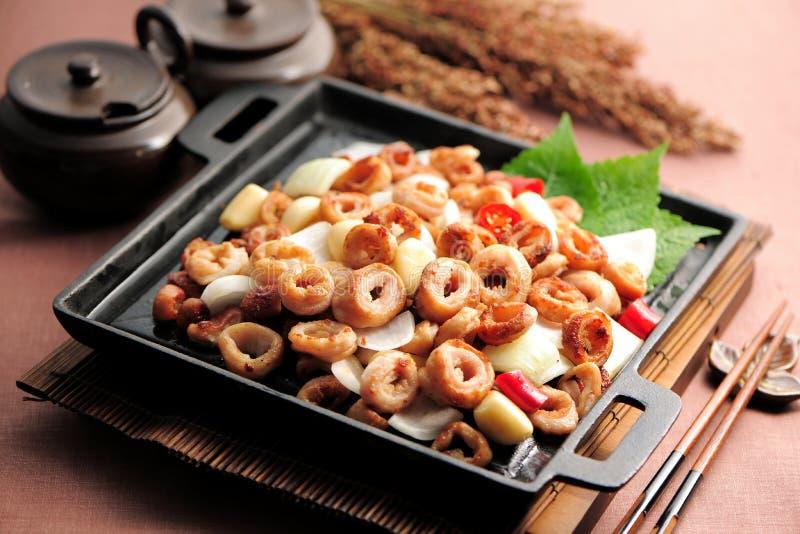 Intestinos fritos del cerdo en estilo coreano en la cacerola negra fotos de archivo