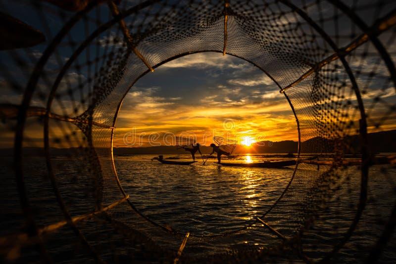 Inthavisser het stellen met kegelnetten bij zonsondergang, Inle-Meer in het Nyaungshwe-deel van de Gemeente van Shan Hills in Mya stock foto's