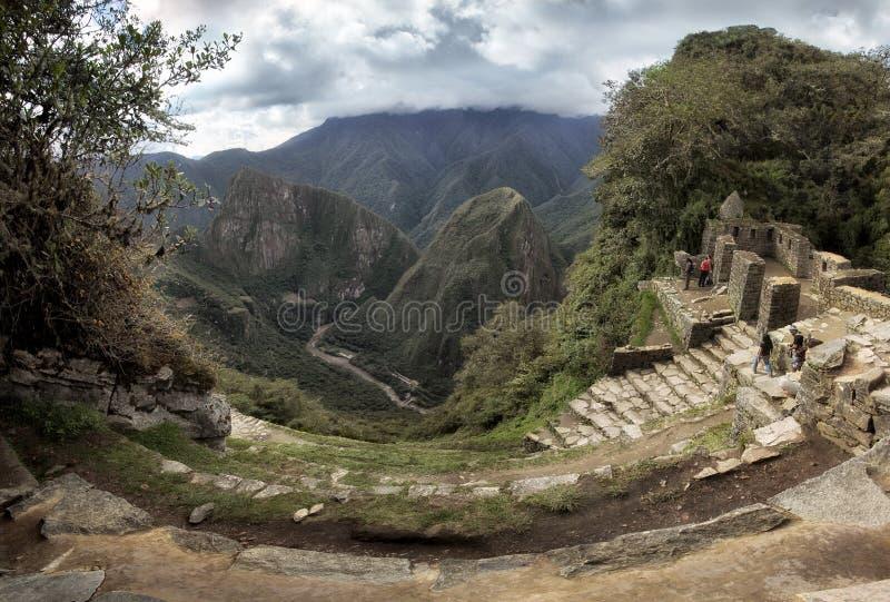 Inti Punku Sun Gate i Machu Picchu och sikt in i dalen av floden Urubamba, Peru royaltyfria bilder