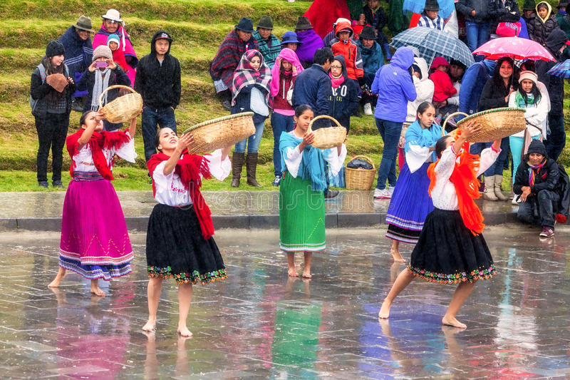 Inti Raymi неопознанной индигенной женщины празднуя, фестиваль Inca Солнця в Ingapirca, эквадоре стоковая фотография rf
