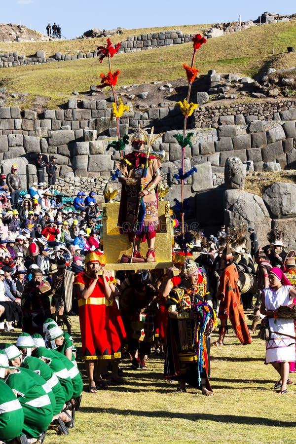 Inti Raymi Cusco Peru 2015 inka Niosący Na Złotym tronie fotografia stock