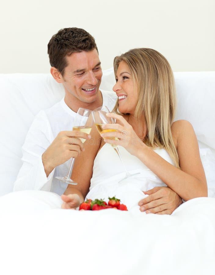intimate пар шампанского выпивая стоковая фотография