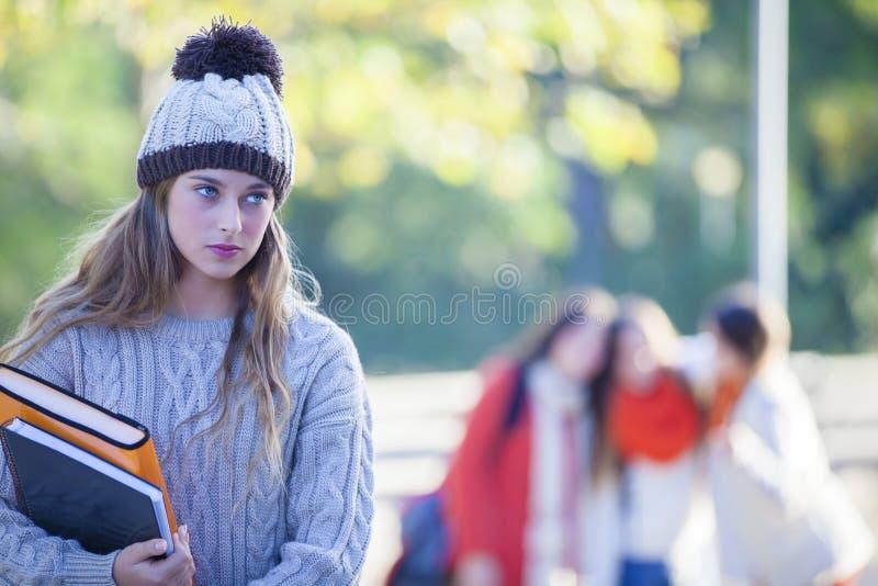 Intimidações adolescentes da pressão do grupo da intimidação que tiranizam imagens de stock
