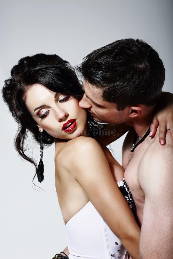 Intimidade. Pares de Beloveds que beijam e que abraçam. Estagnação imagem de stock