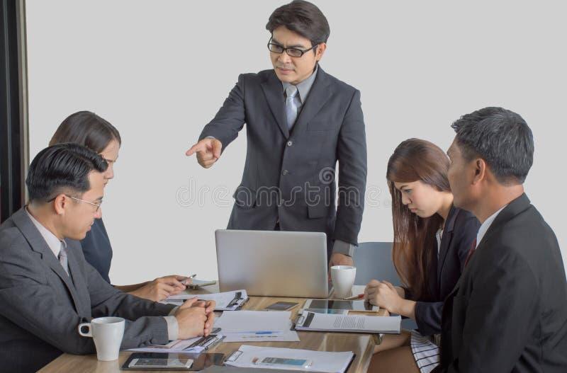 Intimidatie met een onbeheerste werkgever die aan een beklemtoonde werknemer op kantoor schreeuwen stock fotografie