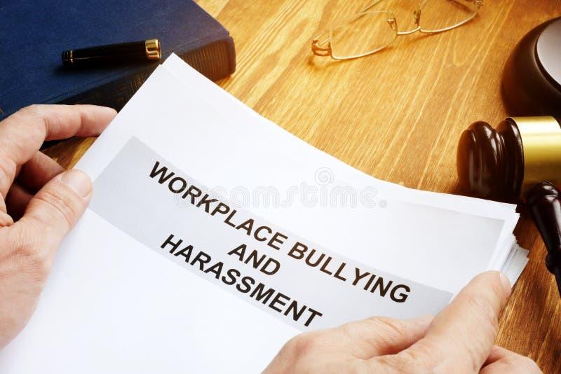 Intimidation de lieu de travail et réclamation de harcèlement photos stock
