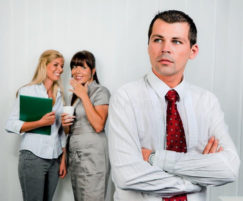 Intimider dans le bureau de lieu de travail photo libre de droits