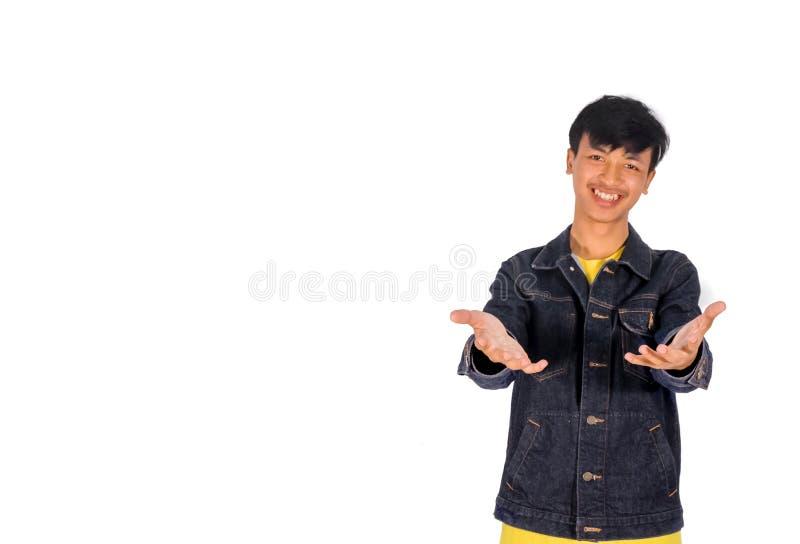 intoducing用手某事的牛仔裤夹克的一个亚裔人在他的 免版税库存照片