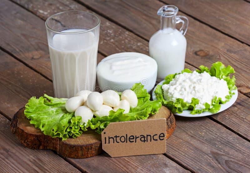 Intolleranza al lattosio con fondo di legno fotografia stock