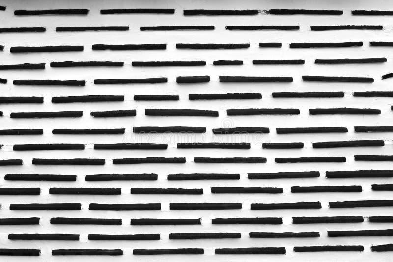 Intonacando del muro di cemento bianco nella linea nera senza cuciture ha impresso i modelli per fondo, estratto orizzontale di s fotografia stock