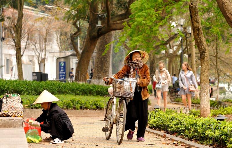 Intorno al lago Hoan Kiem immagine stock libera da diritti