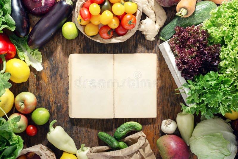 Intorno all'insieme vuoto del libro di cucina di alimento sano sulla tavola di legno immagine stock libera da diritti