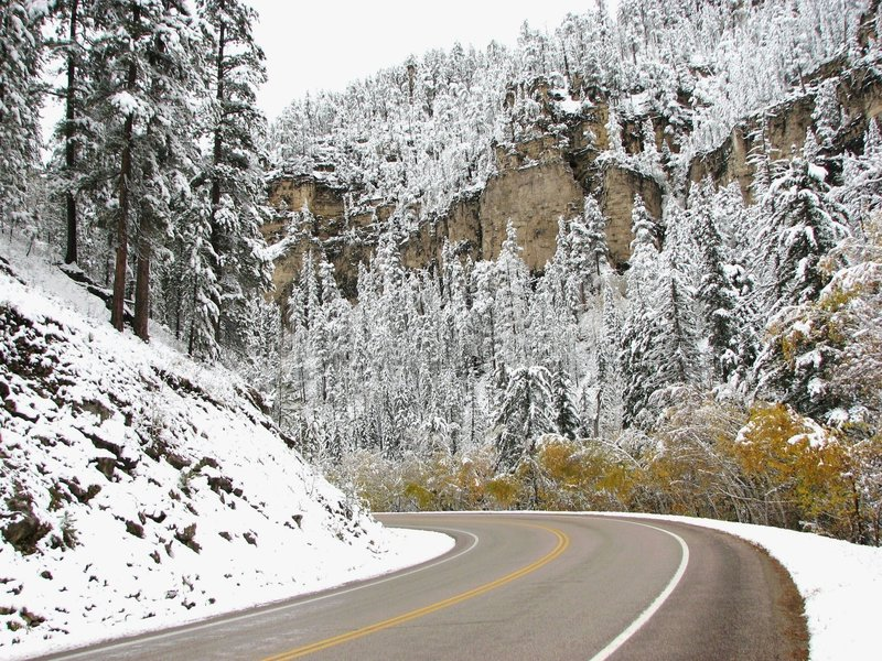 Intorno alla curvatura - canyon dello Spearfish di paesaggio di inverno immagine stock