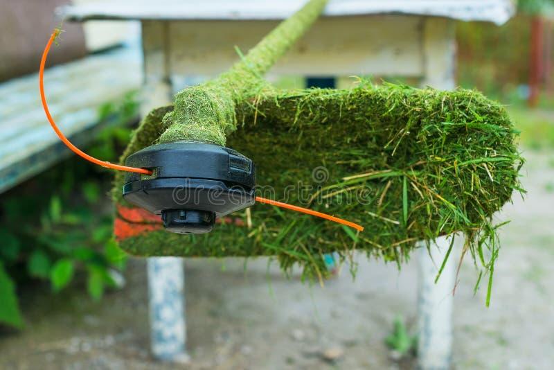 Intossichi l'attrezzatura del regolatore dell'erba, falciatore vicino su con erba falciata immagine stock libera da diritti