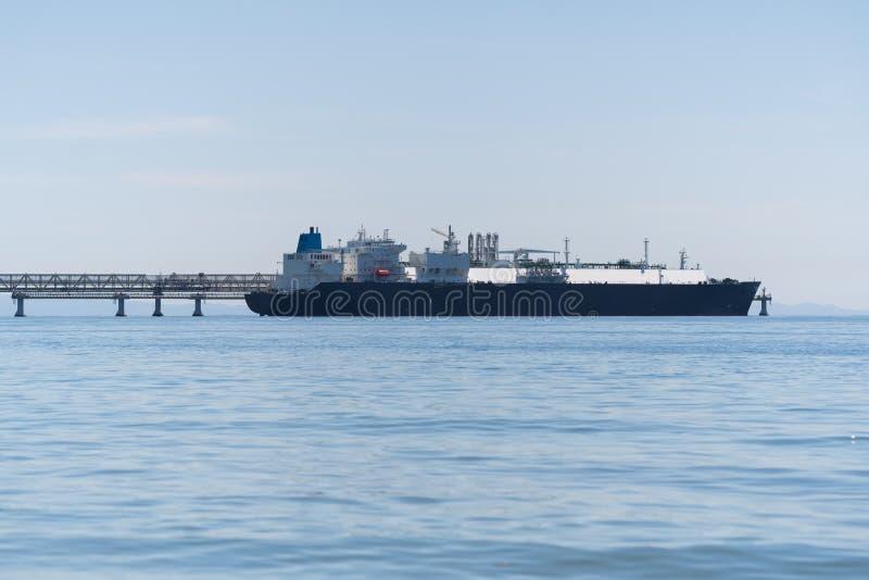 INTOXIQUEZ LE TRANSPORTEUR DANS LE PORT - bateau au port à l'aube photos libres de droits