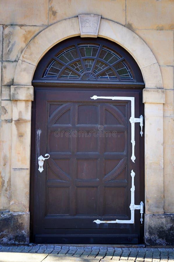 Inträde i gamla byggnader Datumet 1818 på dörrens ovansida royaltyfri fotografi