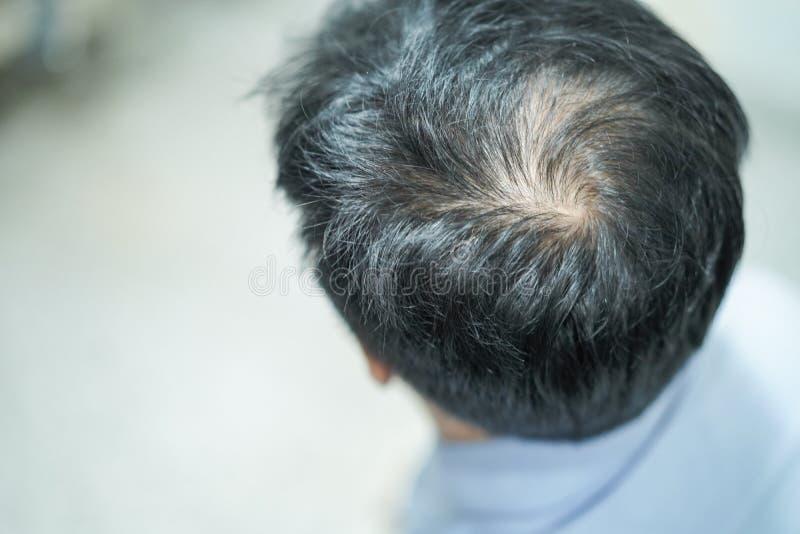 Intrépido en cabeza media y comience ningún pierden el pelo del hombre activo elegante de la oficina del negocio asiático maduro imágenes de archivo libres de regalías
