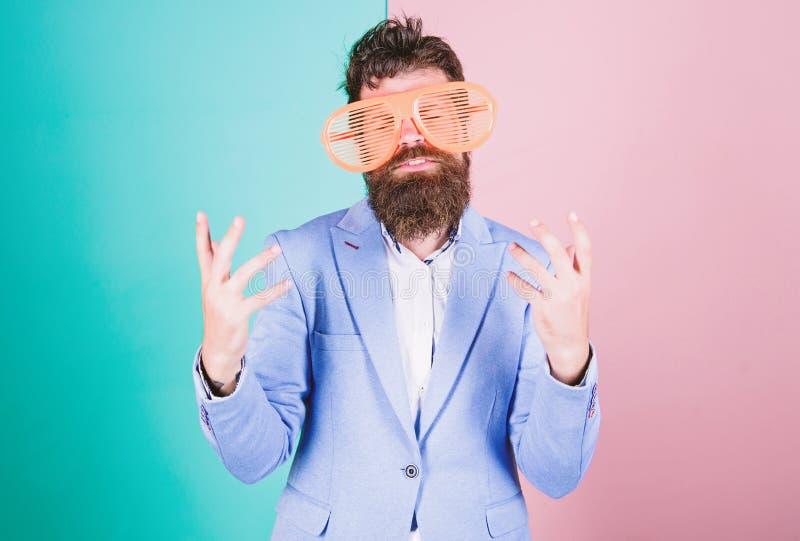 Intrattenersi Occhiali di protezione d'uso del partito dell'uomo barbuto Pantaloni a vita bassa divertenti in vetri esagerati, ac immagini stock libere da diritti