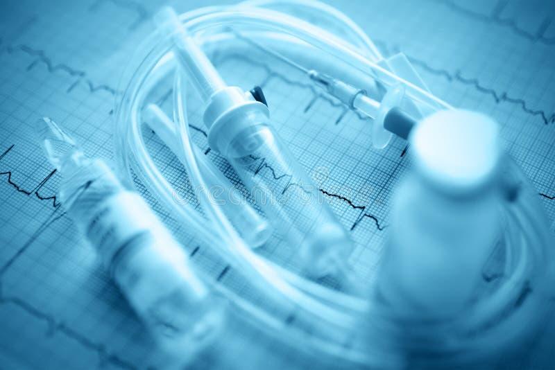 Intraveneus druppelbuisje in ECG. geneeskunde symbolen royalty-vrije stock foto's
