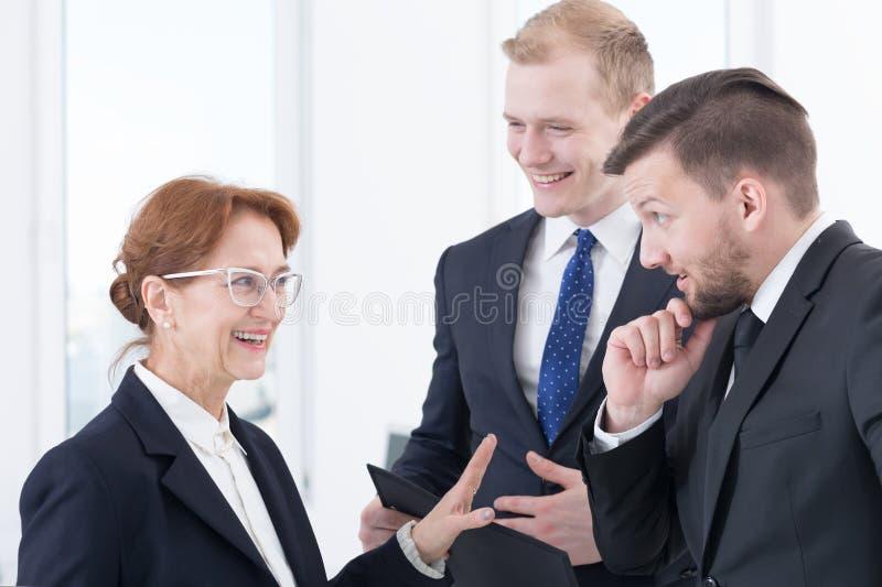 Intressant diskussion med affärspartners arkivbild