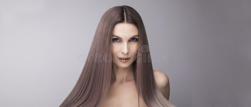 Intressant och moderiktig purpurfärgad hårfärg Långt och starkt hår a royaltyfri bild