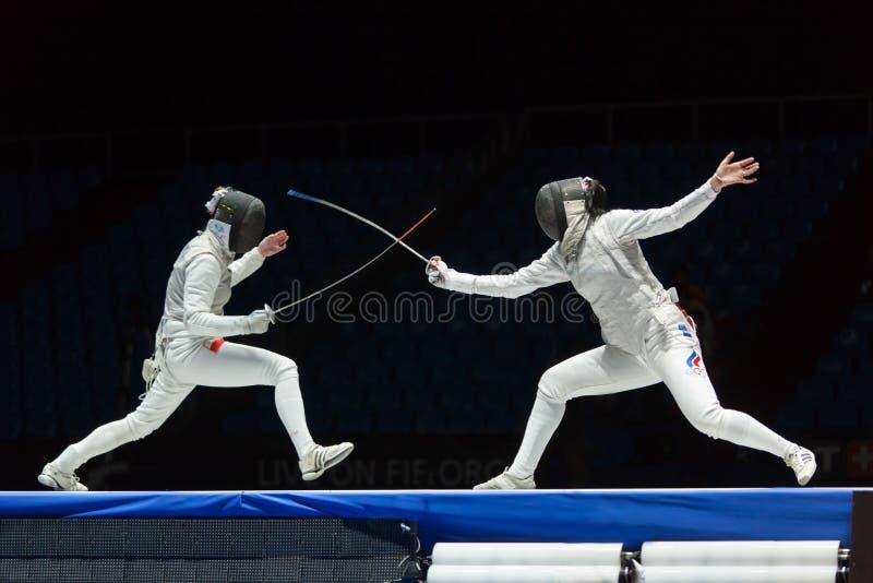 Intressant slagsmål på mästerskap av världen i fäktning arkivfoto