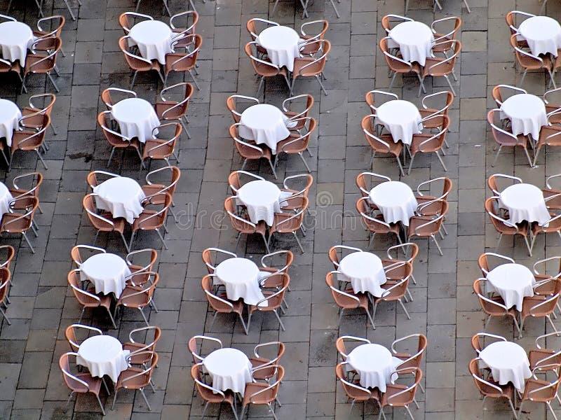 Intressera flyg- sikt av tabeller och stolar i Venedig royaltyfri fotografi