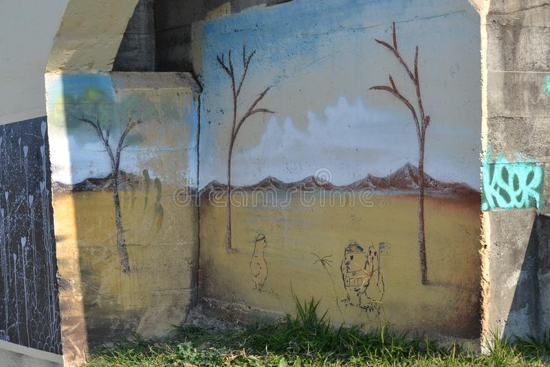 Intressera grafitti på en gammal bropelare royaltyfri bild
