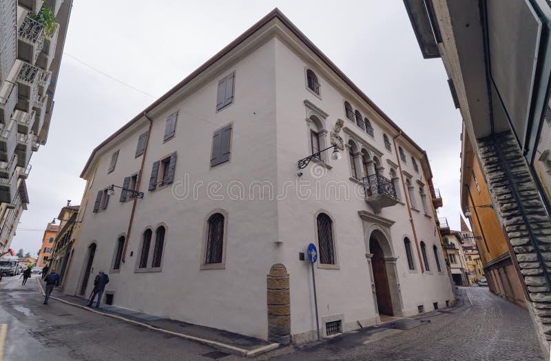Intressera huset i mitten av Belluno royaltyfri bild