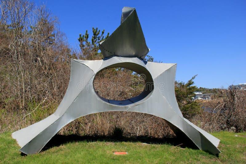 Intressera ställde abstrakt metallskulptur in, i den fridsamma trädgården, det Ogunquit museet av amerikansk konst, Maine, 2016 fotografering för bildbyråer