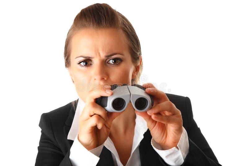 intresserad modern kvinna för kikareaffär arkivfoton