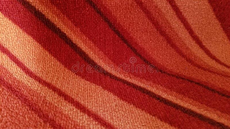Intresting curvou linhas inclinadas vermelhas e alaranjadas fundo imagens de stock royalty free