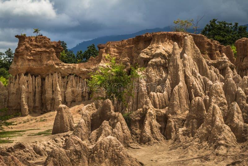 Intrigerend en schilderachtig landschap van geërodeerde zandsteenpijlers, kolommen en klippen stock afbeeldingen