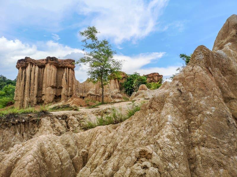 Intrigerend en schilderachtig landschap van geërodeerde zandsteenpijlers, kolommen en klippen stock afbeelding