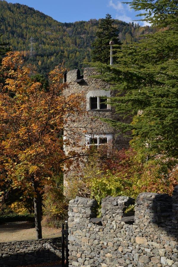 Introd średniowieczny kasztel, Aosta dolina, Włochy Jesień zdjęcia royalty free