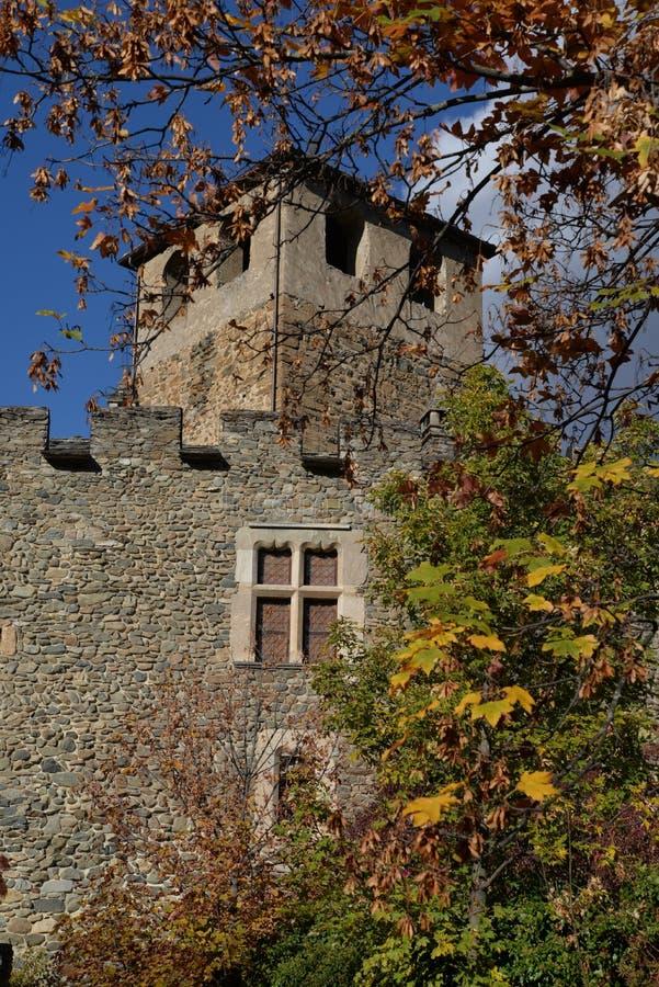 Introd medeltida slott, Aosta Valley, Italien Höst arkivfoton