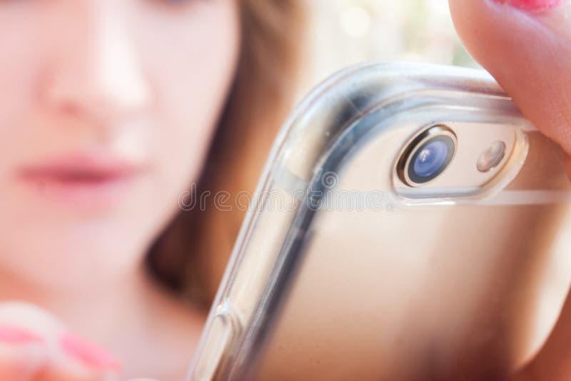 Introdução de conversa da mulher modelo atrativa no smartphone imagens de stock royalty free
