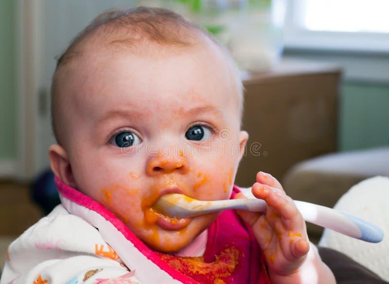 Introdução do comida para bebé foto de stock