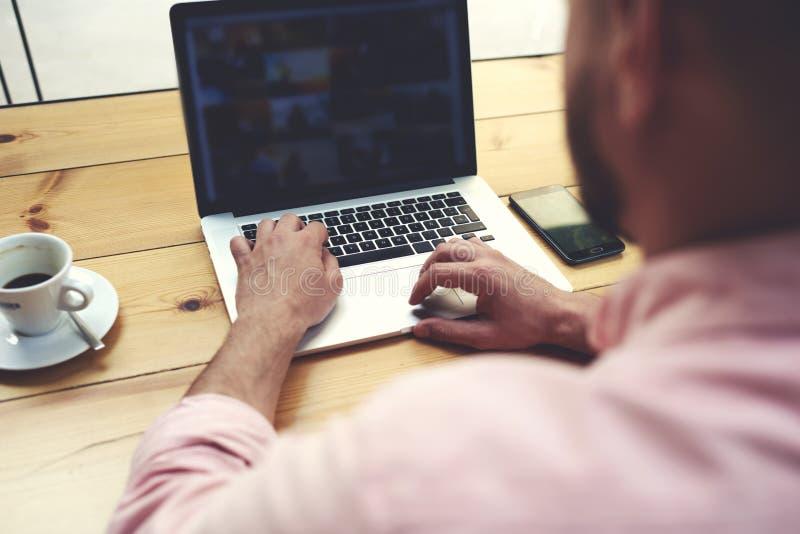 Introdução experiente do homem de negócios no netbook ao conectar ao rádio imagens de stock