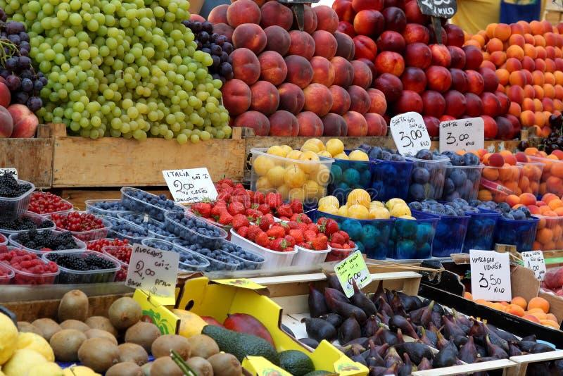 Introduca la stalla sul mercato con frutta fresca a Bolzano, Italia fotografia stock libera da diritti