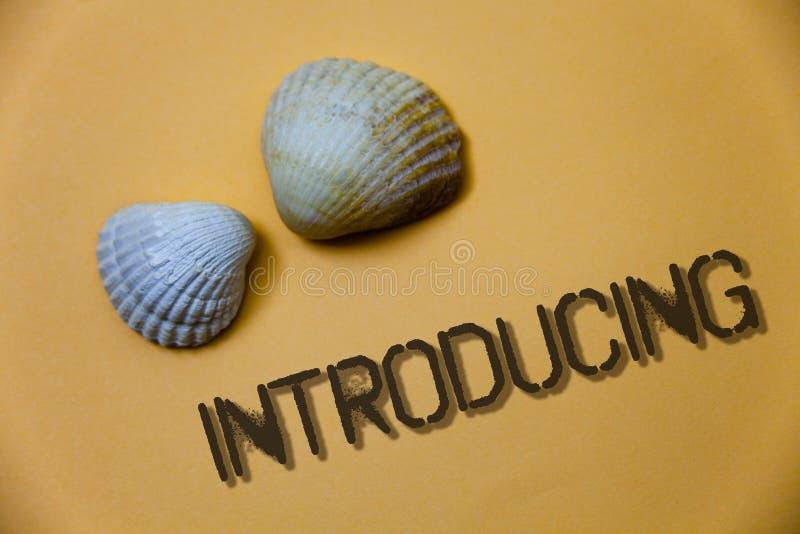 Introduktion för handskrifttexthandstil Begreppsbetydelse som framlägger ett ämne eller någon för första möteGrunge för initial i arkivbilder