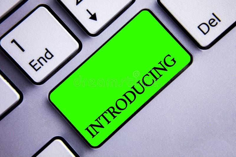 Introduktion för handskrifttexthandstil Begreppsbetydelse som framlägger ett ämne eller någon för första mötetangentbord för init arkivfoton