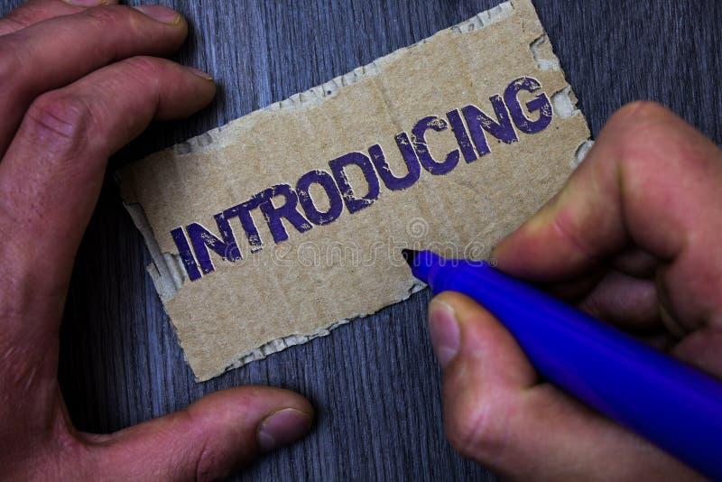 Introduktion för textteckenvisning Begreppsmässigt foto som framlägger ett ämne eller någon för första möteman för initial instäl arkivbild