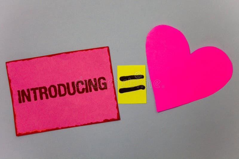 Introduktion för textteckenvisning Begreppsmässigt foto som framlägger ett ämne eller någon för första mötepapper för initial ins fotografering för bildbyråer