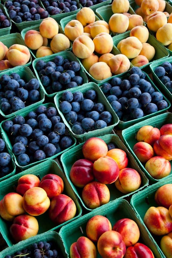 Introduza no mercado a fruta fotografia de stock