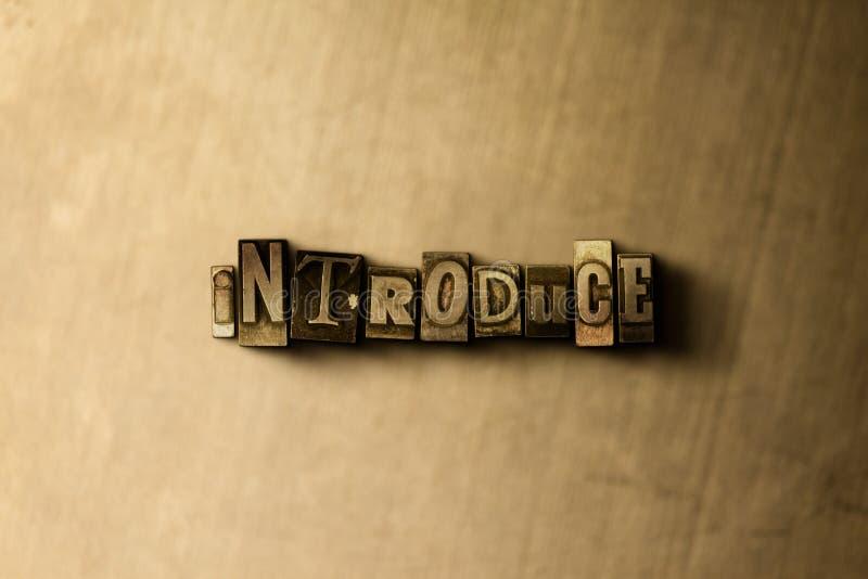 INTRODUZA - o close-up vintage sujo da palavra typeset no contexto do metal fotos de stock