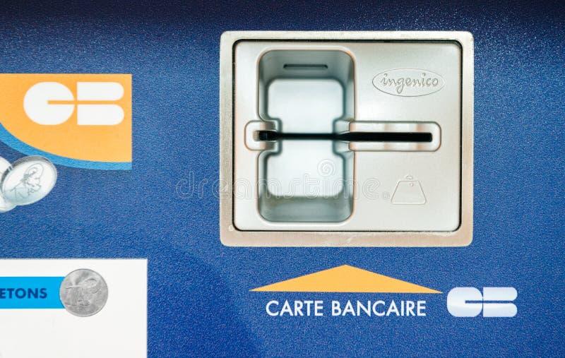 Introduza o furo do carro do crédito na máquina de venda automática do atm imagem de stock
